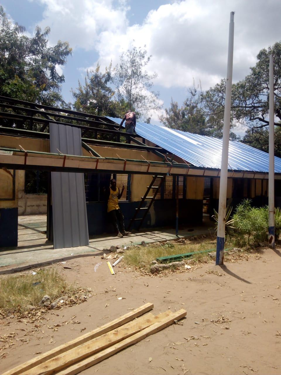 Nieuwe platen worden op het dak gemonteerd