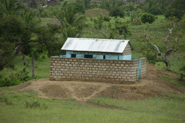 2011 Nieuwe toiletgebouw Menzamwenye secondary